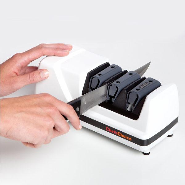 Электрическая точилка для домашних кухонных и профессиональных европейских ножей Chef'sChoice 120, точилка подойдет для кухонных, складных, охотничьих и серрейторных ножей. Официальный сайт ChefsChoice. Бесплатная доставка всех заказов!