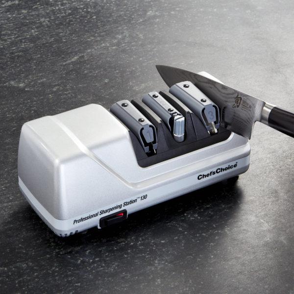 Электрическая точилка для домашних кухонных и профессиональных европейских ножей Chef'sChoice 130, точилка подойдет для кухонных, складных, охотничьих и серрейторных ножей. Официальный сайт ChefsChoice. Бесплатная доставка всех заказов!